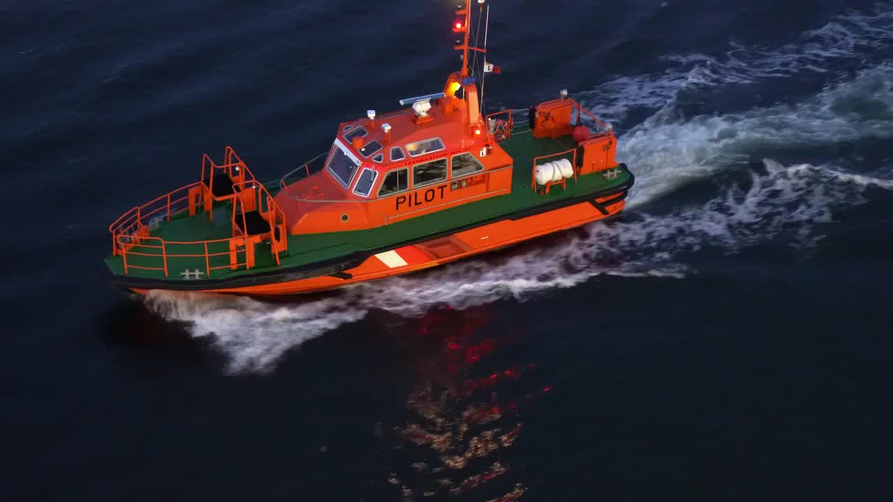 Video - Pilot boat coming alongside to pickup the pilot