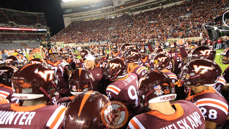 Head coach Justin Fuente has a few words with his team before they break to go back into the locker rooms. (Mark Umansky/TheKeyPlay.com)