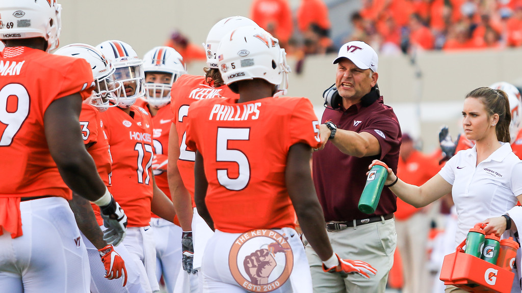 Head coach Justin Fuente speaks with his players after calling a timeout. (Mark Umansky/TheKeyPlay.com)