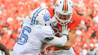 TE Dalton Keene blocks UNC's M.J. Stewart on the outside. (Mark Umansky/TheKeyPlay.com)