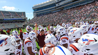 Head coach Justin Fuente speaks to his players before they head back to the locker room after warmups. (Mark Umansky/TheKeyPlay.com)