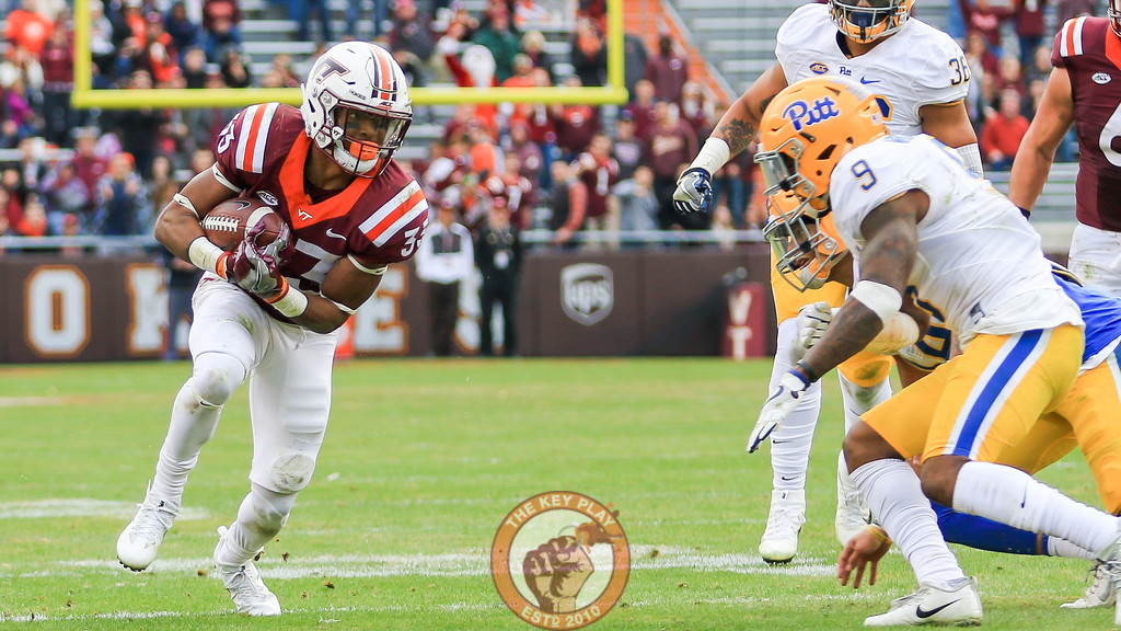 Deshawn McClease looks up to avoid a tackle after breaking out wide. (Mark Umansky/TheKeyPlay.com)