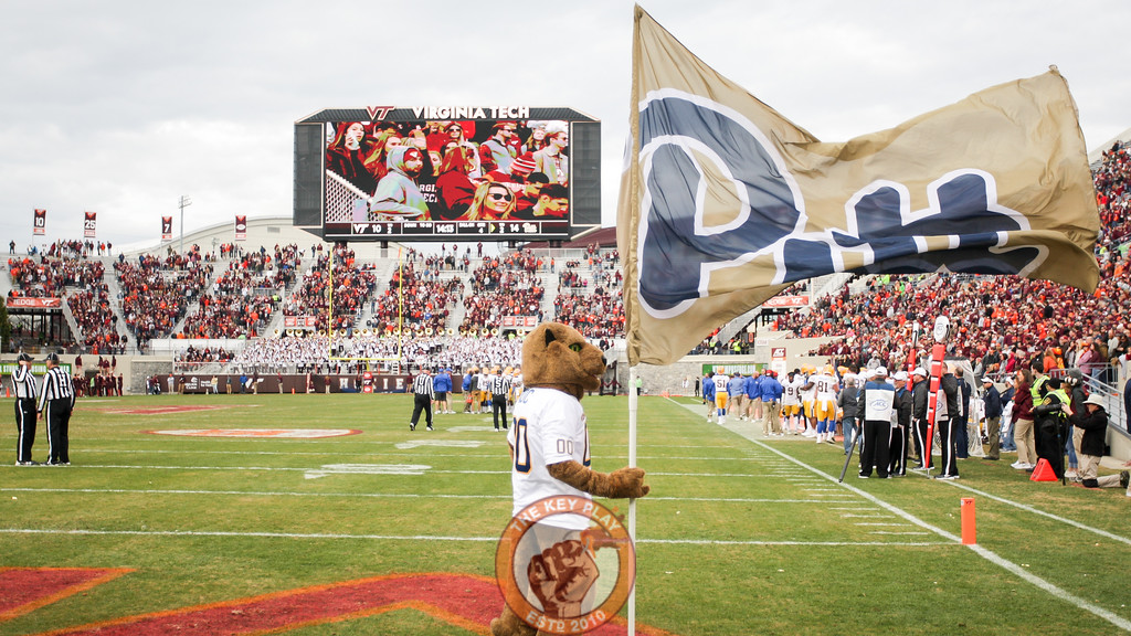 The Pitt Panther mascot holds up a Pitt flag after they briefly take a 14-10 lead in the fourth quarter. (Mark Umansky/TheKeyPlay.com)