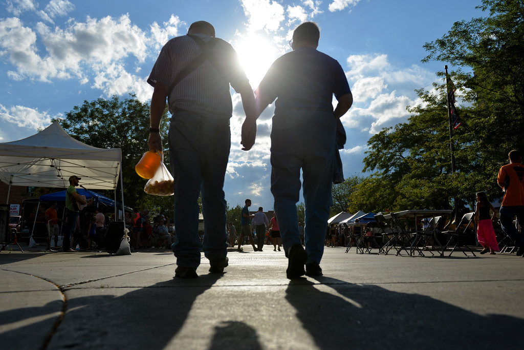 Justin Sheely | The Sheridan Press<br /> Shoppers visit the Farmers Market Thursday on Grinnell Plaza.
