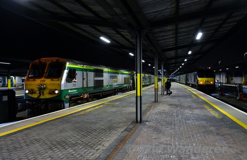 219 and 216 at Heuston. 219 waits to depart with the 1900 to Cork, while 216 has just arrived with the 1620 from Cork. Mon 23.01.17
