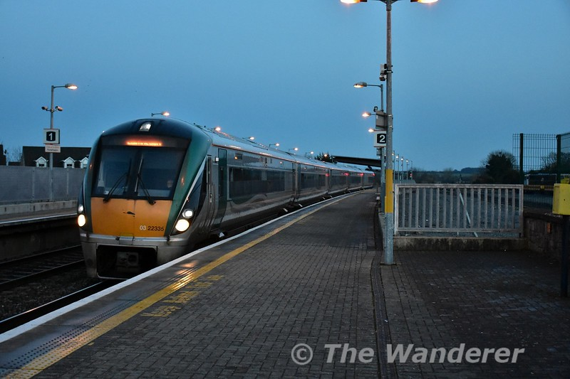 22035 arrives at Portarlington with the 1625 Heuston - Limerick. Mon 23.01.17