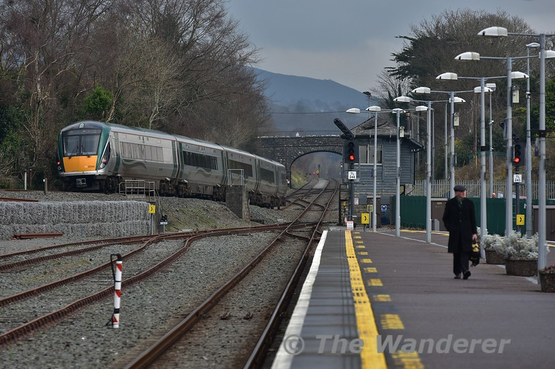 22040 rolls down the bank into Killarney Check Siding with the 1340 Tralee - Heuston. Sun 22.01.17