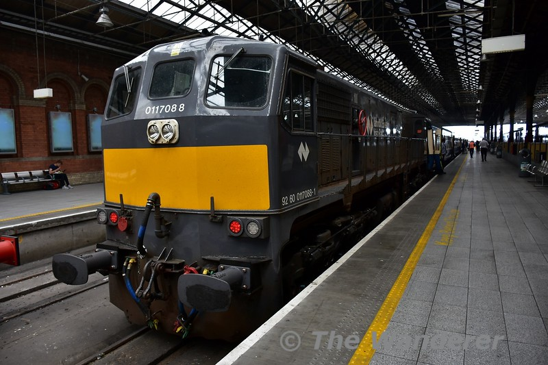088 stands at Connolly with the RPSI Cravens set. The loco was bringing the Cravens in from Howth. Sun 28.05.17