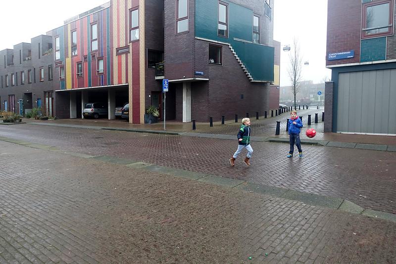 Nederland, Amsterdam, Amsterdam Oost, voetballende jongens in de scheepstimmermanstraat, Oostelijk Havengebied, , 1 januari 2017, foto: Katrien Mulder