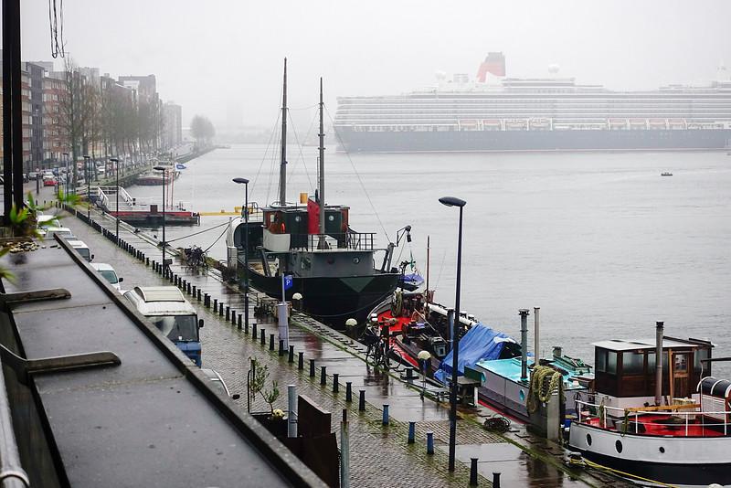 Nederland, Amsterdam, Amsterdam Oost, Cruiseschip de Queen Elisabeth keert  bij het Java eiland, uitzicht vanaf het Open Haven Museum, KNSM-eiland, 1 januari 2017, foto: Katrien Mulder