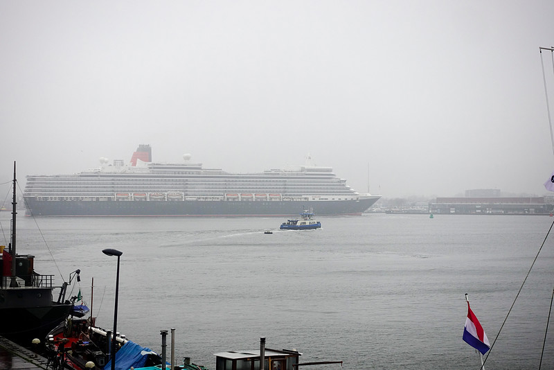 Nederland, Amsterdam, Amsterdam Oost, Cruiseschip de Queen Elisabeth keert  bij het Java eiland, uitzicht vanaf het Open Haven Museum, 1 januari 2017, foto: Katrien Mulder