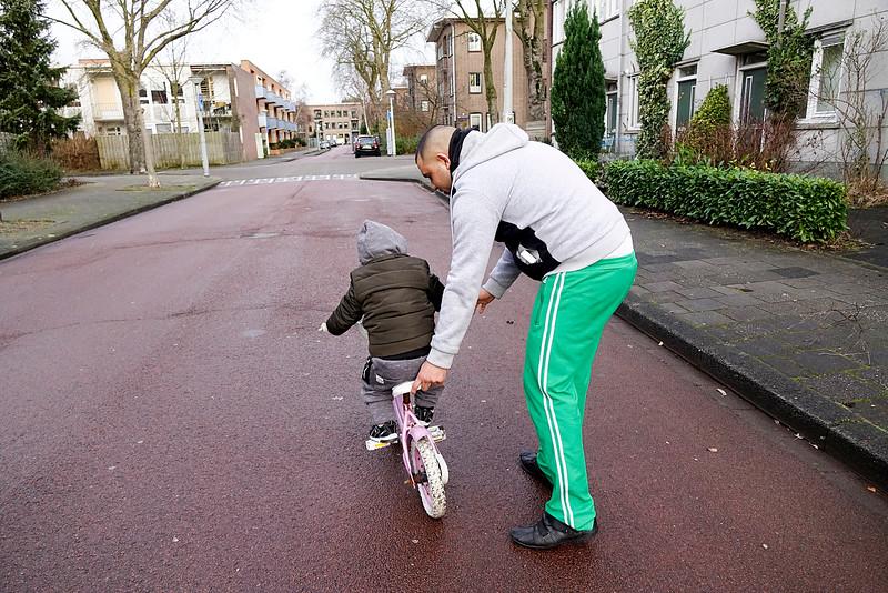 Nederland, Amsterdam, Watergraafsmeer, Jeruzalem, Amsterdam Oost, peuter leert fietsen van zijn vader, 2 januari 2017, foto: Katrien Mulder