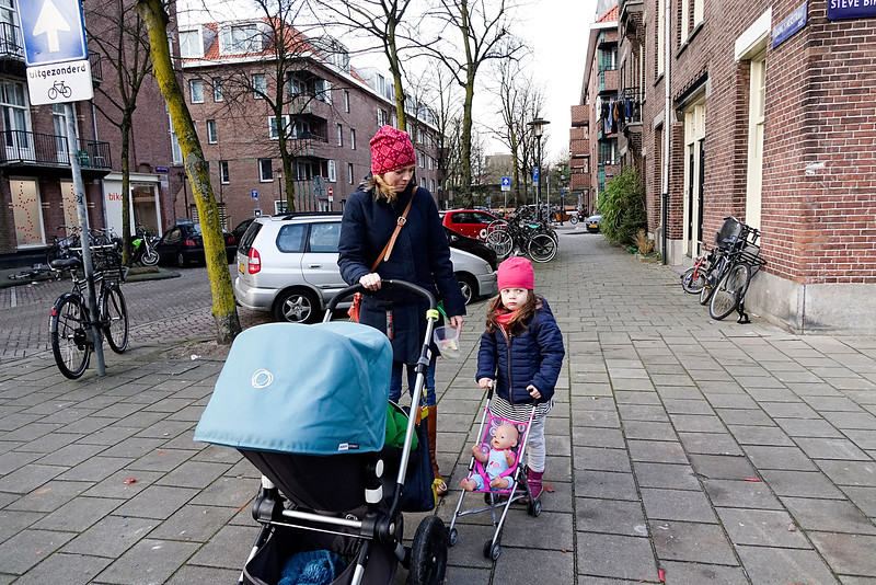 Nederland, Amsterdam, Transvaalbuurt, moeder met baby en dochter met pop, 2 januari 2017, foto: Katrien Mulder