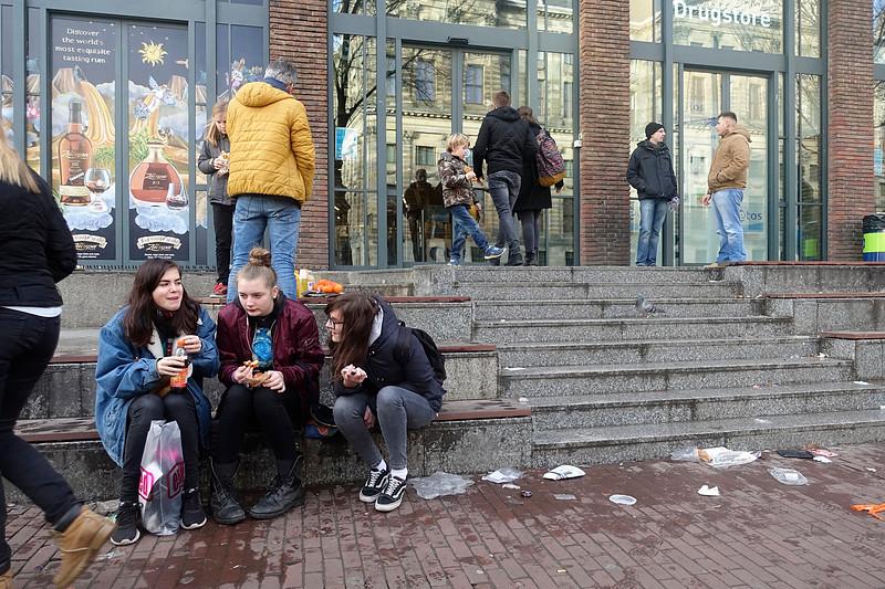 Nederland, Amsterdam, snackende meiden op de trap van Albert Heijn Nieuwe Zijds Voorburgwal, 4 januari 2017, foto: Katrien Mulder