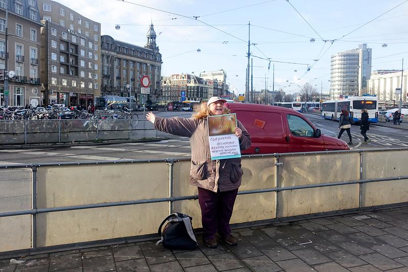 Nederland, Amsterdam, elke dag staat ze er weer het evangelie te verkondigen, jaar in jaar uit, , 4 januari 2017, foto: Katrien Mulder
