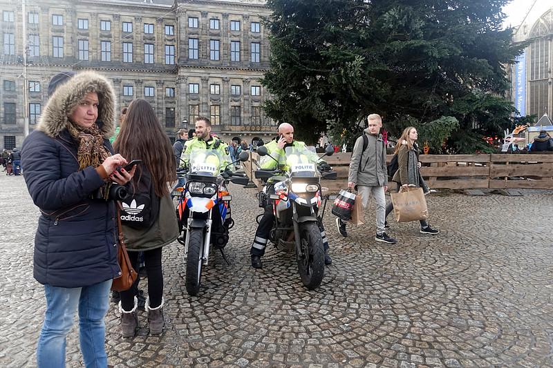 Nederland, Amsterdam, vriendelijke politieagenten op de Dam, 4 januari 2017, foto: Katrien Mulder