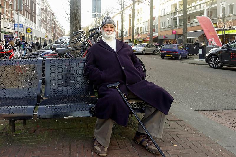 Nederland, Amsterdam, Amsterdam oost, Een oude man uit Al Hoceima op een bankje in de 1e van Swindenstraat, 6 januari 1017, foto: Katrien Mulder