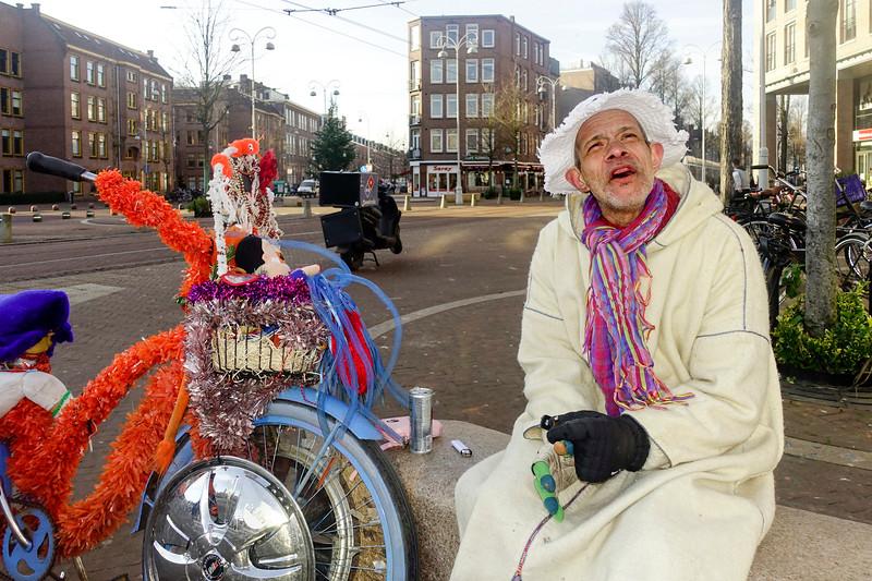 Nederland, Amsterdam, Amsterdam oost, Javaplein, Wahid, altijd vrolijke Marokkaan met een van zijn vele versierde fietsen, 6 januari 1017, foto: Katrien Mulder
