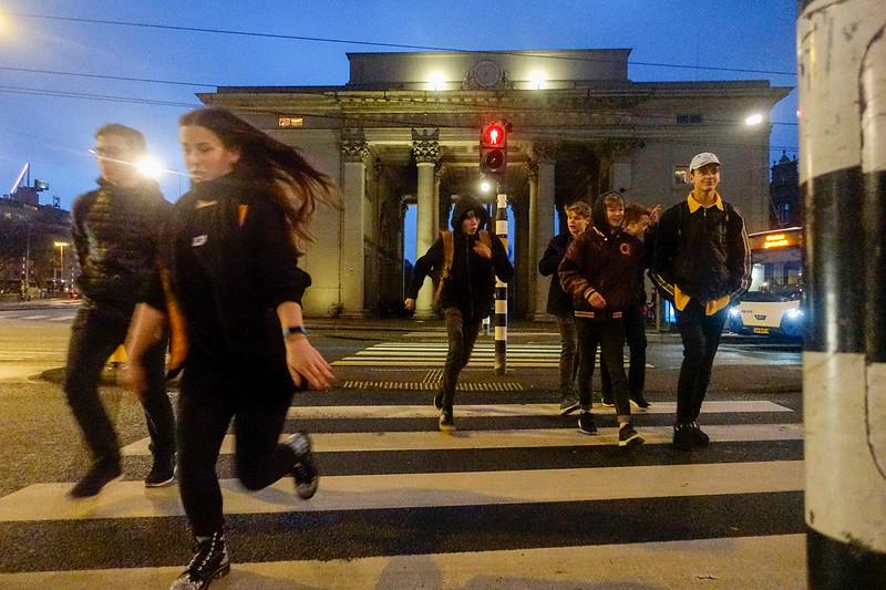 Nederland, Amsterdam, Haarlemmerplein bij Haarlemmerpoort, oversteken ondanks rood stoplicht, 10 januari 2017, foto: Katrien Mulder