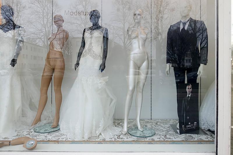 Nederland, Amsterdam,   feest- en bruidskleding modelux vizon in de burgemeester de Vlugtlaan, 13 januari 2017, foto: Katrien Mulder