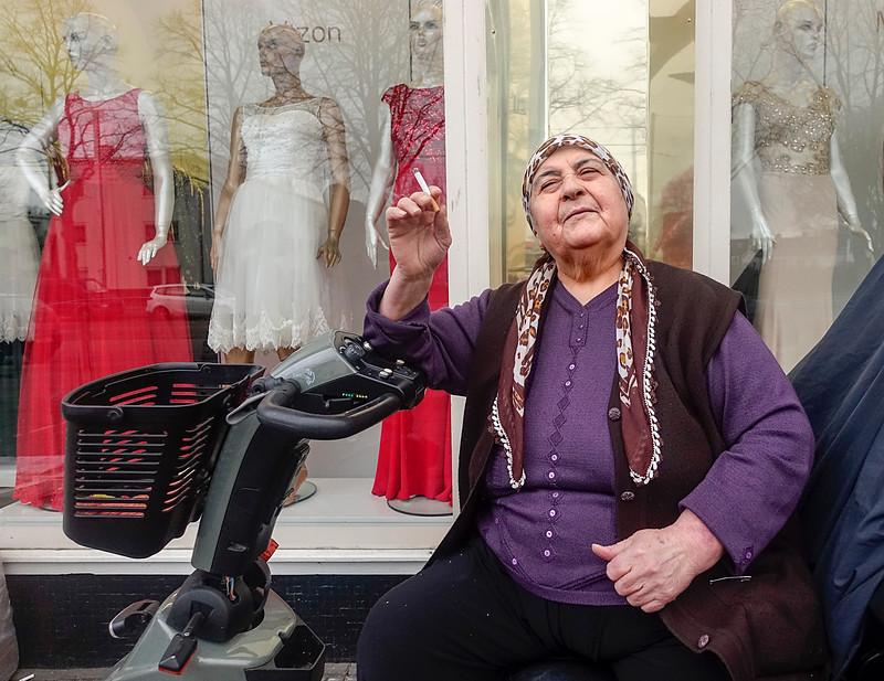 Nederland, Amsterdam, moeder van Necla. Necla is de eigenares van feest- en bruidskleding modelux vizon in de burgemeester de Vlugtlaan, 13 januari 2017, foto: Katrien Mulder