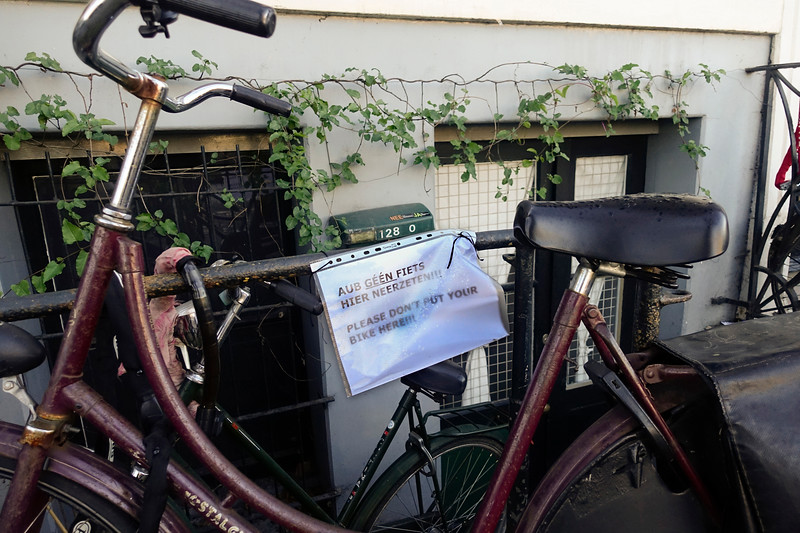 Nederland, Amsterdam, 16 januari 2017, fietsen gestald op een plek waar de bewoners brief hebben opgehangen met verzoek om daar geen fietsen te plaatsen, foto: Katrien Mulder