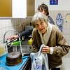 Nederland, Naarden, 23 januari 2017, Truus van der Erve is negentig jaar oud en woont zelfstandig met hulp van de thuiszorg, vrijwilligers en haar vijf dochters van wie er elke dag een bij haar komt eten. Truus van der Erve is ninety years old. She lives independently with the help of home care, volunteers and her five daughters, of whom every day one of them has dinner with her. foto: Katrien Mulder