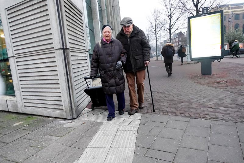 Nederland, Amsterdam, bejaard paar onderwe naar de winkel, 25 januari 2017, foto: Katrien Mulder