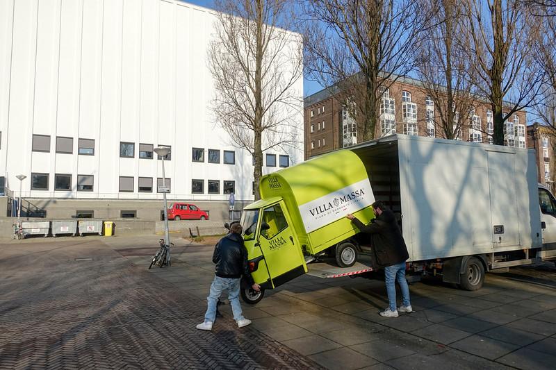 Nederland, Amsterdam, kapotte driewieler moet worden vervoerd om gerepareerd te worden; 26 januari 2017, foto: Katrien Mulder