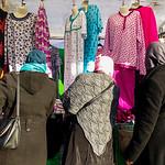 Nederland, Amsterdam, vrouwen bekijken nachtkleding op de Dappermarkt, 26 januari 2017, foto: Katrien Mulder