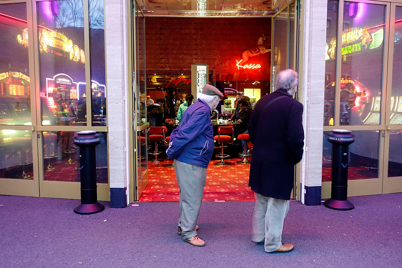Nederland, Amsterdam, Damrak, mannen aarzelen bij  Casino, 27 januari 2017, foto: Katrien Mulder