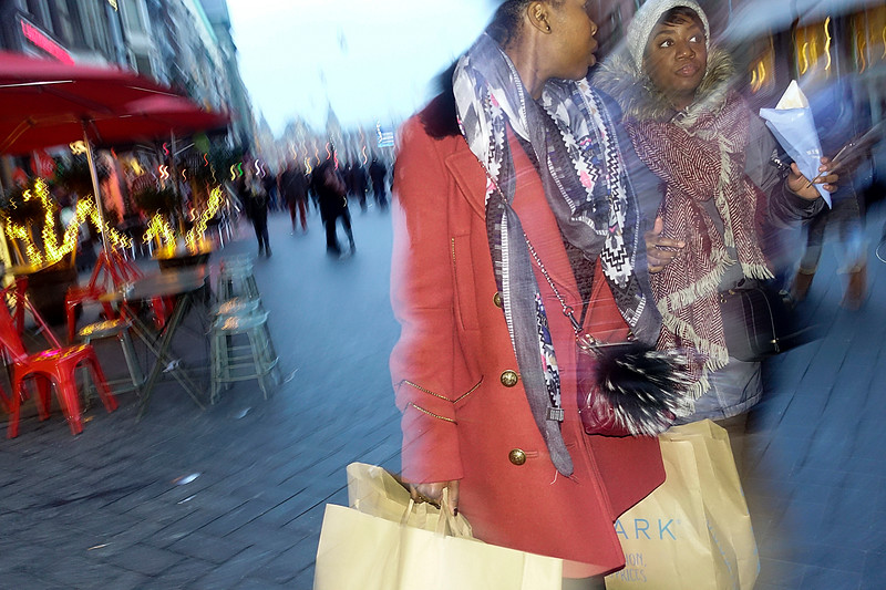 Nederland, Amsterdam, Damrak, vrouwen eten patat en dragen tassen van de Primark; 27 januari 2017, foto: Katrien Mulder
