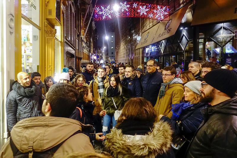 Nederland, Amsterdam, Italiaanse toeristen  bij de condomerie in de Warmoesstraat, 28 januari 2017, foto: Katrien Mulder