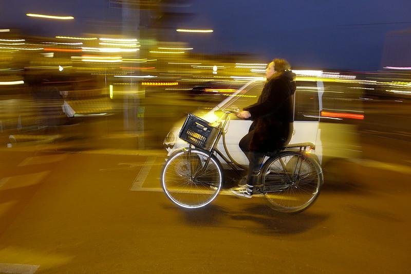 Nederland, Amsterdam, fiets passeert invalidenauto, 28 januari 2017, foto: Katrien Mulder