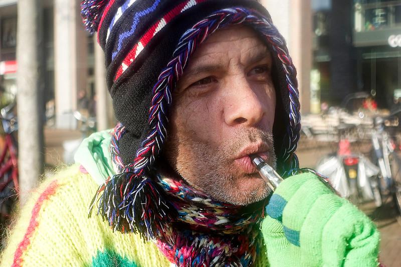 Nederland, Amsterdam, Wahid draagt deze keer een trui die gebreid is door een vrouw uit Groningen, die met koninginnedag en nu dus met koningsdag  op het Javaplein haar spullen verkoopt, hij heeft de trui voor drie euro  gekocht. Wahid zou bij haar op bezoek gaan in Groningen maar hij is haar adres kwijt. Hopelijk is ze er weer  aanstaande koningsdag.31 januari 2017, foto: Katrien Mulder