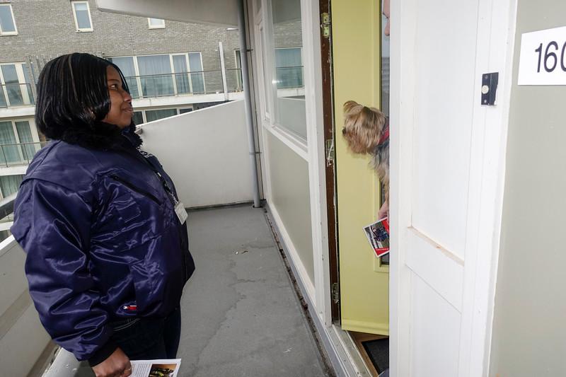Nederland, Amsterdam, Kruitberg, Lucinda iwoont in de flat Kruitberg. Met een aantal vrijwilligers proberen ze het gebouw schoon te houden, ze stelt zich voor aan een van de buren.  1 februari 2017, foto: Katrien Mulder