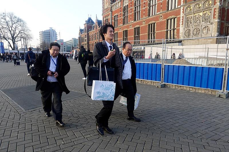 Nederland, Amsterdam, Aziatische mannen hebben Delft bezocht, 2 februari 2017, foto: Katrien Mulder