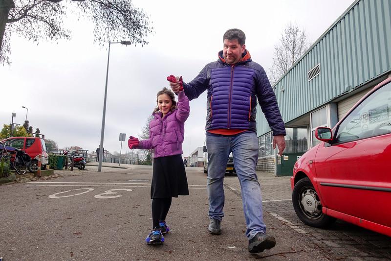 Nederland, Amsterdam, vader Antoin begeleidt zijn dochter Meis die oefent op haar flitsing rollers, 18 februari 2017, foto: Katrien Mulder