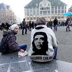 Nederland, Amsterdam, Vader Jean Paul en   zoon Thibaut uit Limburg doen hun jaarlijkse dagje Amsterdam, rondkijken op de Dam, slenteren op de wallen, patatje eten, het is weer es wat anders ...