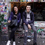 Nederland, Amsterdam, Centrum; twee jongeren zitten buite het cafe te roken, 18 februari 2017, foto: Katrien Mulder