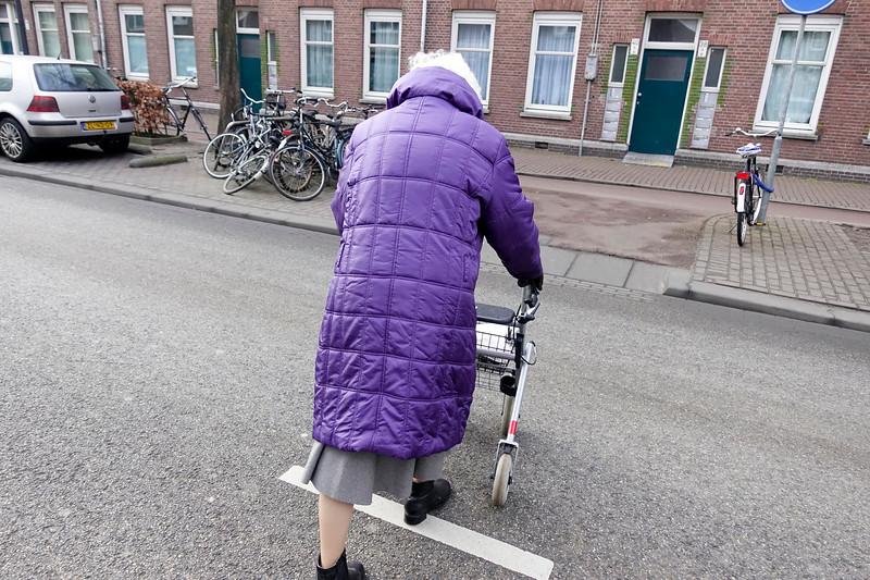 Nederland, Amsterdam, Amsterdam Oost, oude vrouw steekt de Molukkenstraatstraat over, old woman crosses the Molukkenstraatstreet, 18 februari 2017, foto: Katrien Mulder