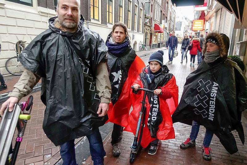 Nederland, Amsterdam, een Frans gezin in de regen in de Nieuwe Hoogstraat, 27 februari 2017, foto: Katrien Mulder