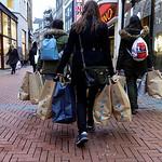 Nederland, Amsterdam, Spaanse vrouwen hebben zojuist hun slag geslagen bij de onbegrijpelijk goedkope modeketen en tevens toeristische attractie  Primark, niet tegengehouden door de negatiev ...