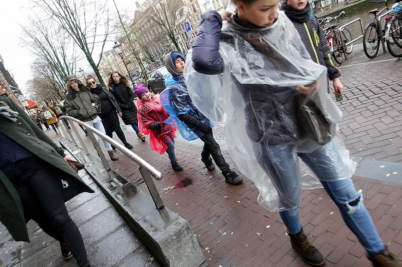 Nederland, Amsterdam, toeristen in de regen, tourists in the rain, 27 februari 2017, foto: Katrien Mulder