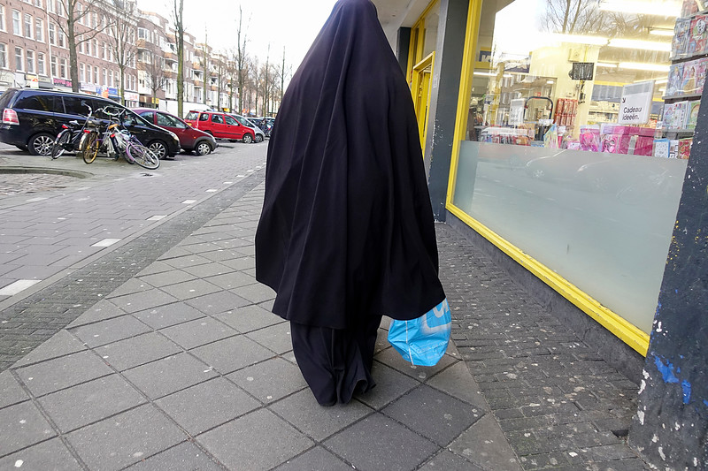 Nederland, Amsterdam, Streng islamitisch geklede  vrouw met Albert Heijn tas, 28 februari 2017, foto: Katrien Mulder