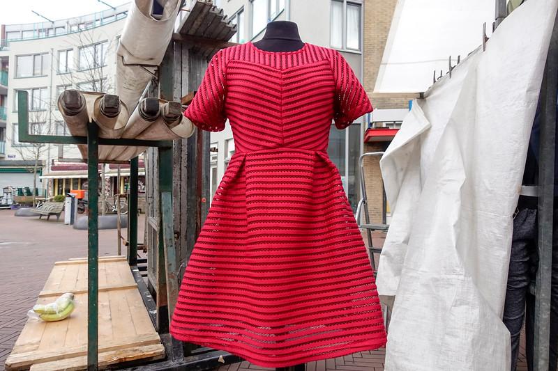 Nederland, Amsterdam, rode jurk op de Dappermarkt; 28 februari 2017, foto: Katrien Mulder