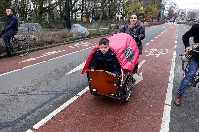 Nederland, Amsterdam, Frederiksplein, kinderbakfiets; 3 maart 2017, foto: Katrien Mulder
