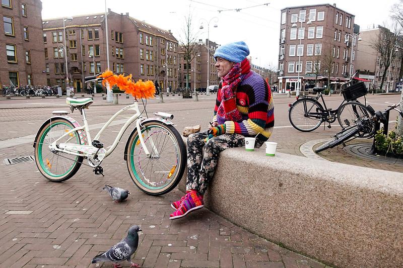 Nederland, Amsterdam, Wahid met een nieuwe fiets, nieuwe schoenen, nieuwe trui en nieuwe muts, 4 maart 2017, foto: Katrien Mulder