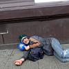 Nederland, Amsterdam, Man rust uit op de stoep, Man resting on the pavement, 4 maart 2017, foto: Katrien Mulder