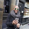 Nederland, Amsterdam, Afro-Amerikaanse toerist met smartphone en opvallende zonnebril in de Reguliersbreestraat, African-American tourist with smartphone and striking sunglasses in Reguliersbreestraat,4 maart 2017, foto: Katrien Mulder